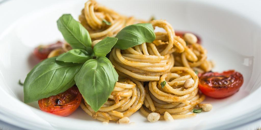 Rezept: Pasta mit Avocadocreme und Pinienkerne